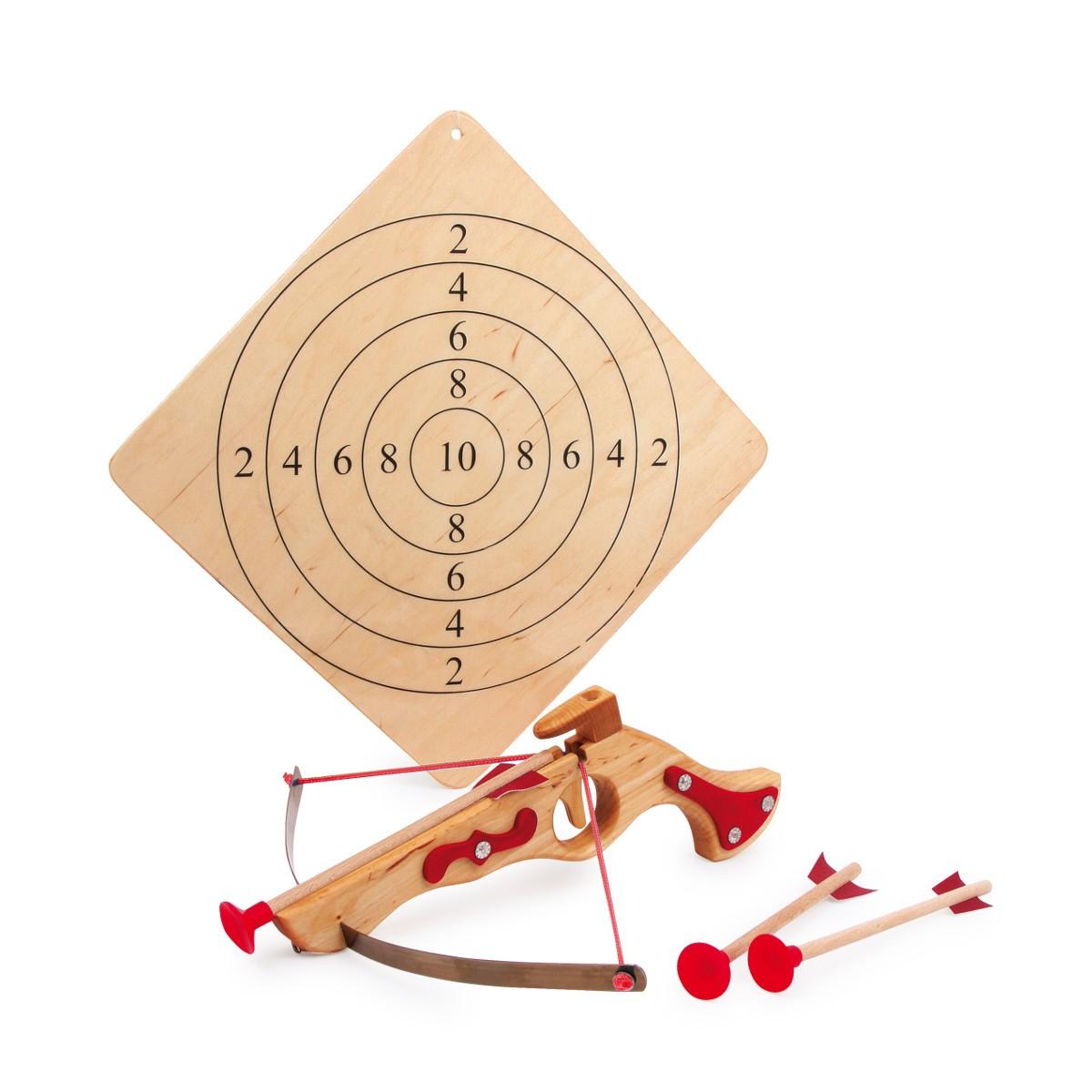 Drewniana kusza ze strzałkami i tarczą
