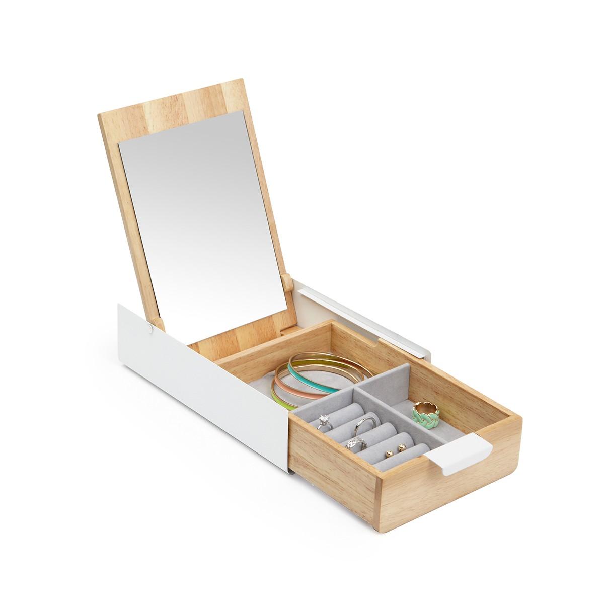 Drewniana szkatułka na biżuterię z grawerem