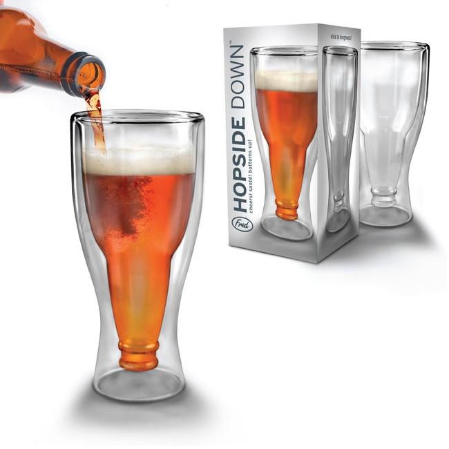 Kufel piwa postawiony na głowie