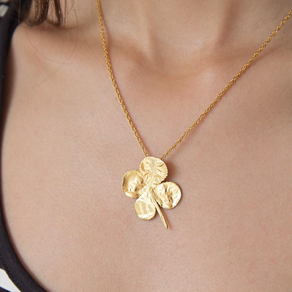 Naszyjnik z czterolistną koniczyną pokrytą 24-karatowym złotem