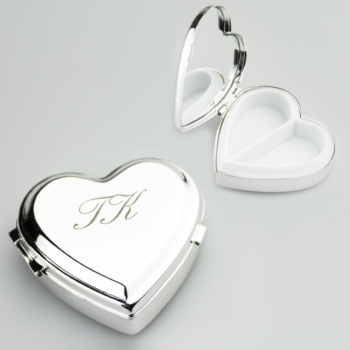 Posrebrzany pojemnik na pigułki w kształcie serca z grawerką